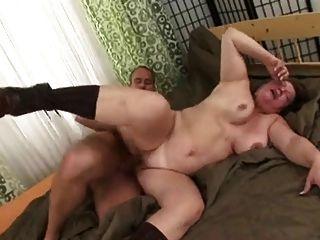 Russische Mutter liebt jungen Mann zu ficken