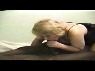 blonde Mutter saugt einen großen schwarzen Schwanz