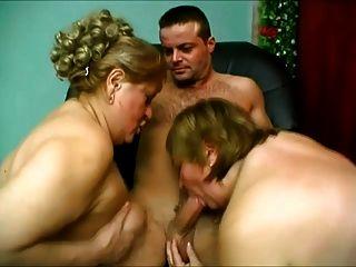 zwei große Esel Frauen geben ein, ihn zu sehen zu