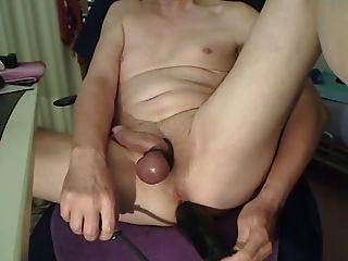 riesigen aufblasbaren Dildo in enge rasierte Arschloch
