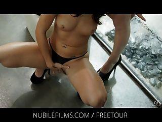 nubile Filme - lesbische Babes Finger und ficken im regen