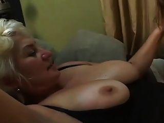reife Frau mit jungen Mädchen