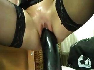 ficken sich mit einem riesigen schwarzen Dildo
