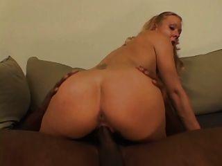 blonde Hure mit frechen Tits saugt Rowdy Hahn auf den Knien