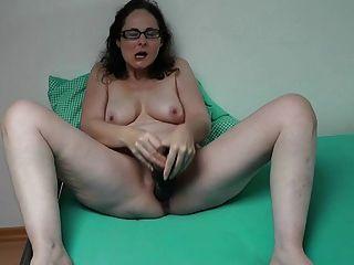 Deutsch MILF spielt mit ihrem riesigen Dildo
