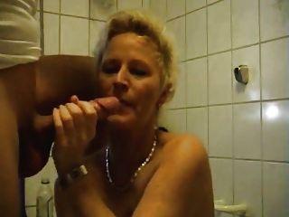 Frau spielt mit ihren engen Arsch