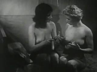 Vintage-Mädchen spielt mit einem Dildo.