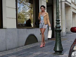 Teenager-Shopping Öffentlichkeit in High Heels & Kleid (+ Upskirt)