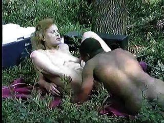 Zwischen verschiedenen Rassen Paare, die Sex im Wald