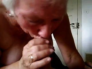 Oma trinkt die Milch