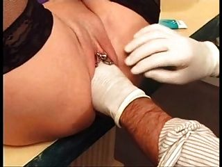 Pussy durchbohrt reife Schlampe Fotze immer mit Piercing fisted