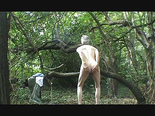 ein Streifen, wichsen und Sperma in den Wäldern