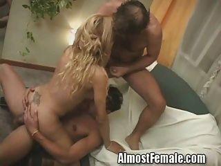 Tranny bekommt doppelt anal gefickt