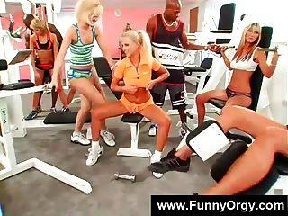 blonde Mädchen und schwarze Jungs in einem Fitness-Studio