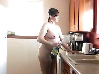 barfuß und nackt in der Küche 189