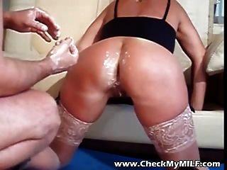 überprüfen Sie meine Milf mit der Faust auf ihren Arsch