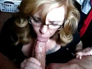 Blowjob mit Gesichts von einem schönen blonden in glases