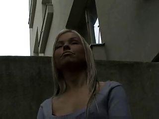 Blondine zeigt ihre Titten und gibt ein Handjob für Geld!