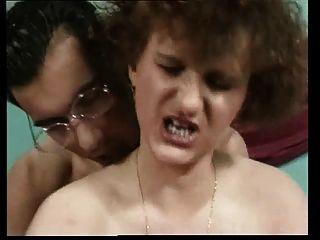 Horney Mutter mit schönen Körper, hässliche Gesicht, schlaffe Brüste Springen