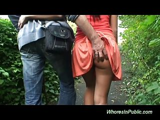 Brunette in der Öffentlichkeit nimmt gut abspritzen und Muschi ficken