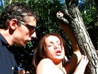 Tranny mit großen Bällen wird gefickt im Freien