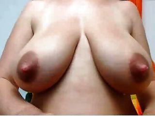 natürliche laktierenden Paar mit großen rosa Nips auf dieser Milf