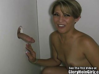 sinnliche blonde Schlampe saugt Fremde in einem glory hole off!