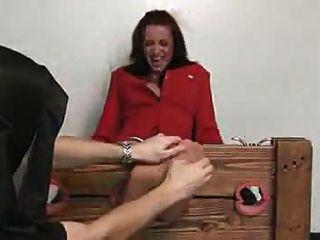 Frau mit kitzlig Sohlen