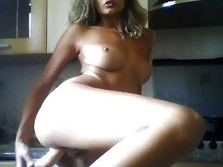 italienisches Mädchen mit Sex-Spielzeug in der Küche