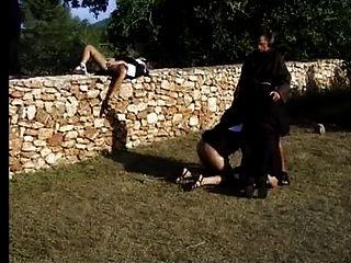 Nonnes bieten Hilfe