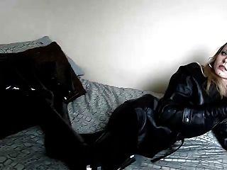 Rauchen in schwarzem Leder