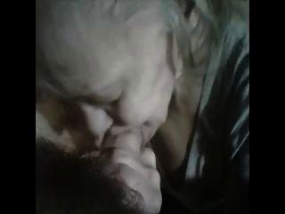Oma hot saugt einen jungen Mann