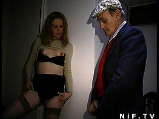 Französisch Schlampe bläst Papy Voyeur und bekommt sodomized