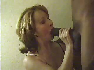 Frau und ein großer blacl Hahn