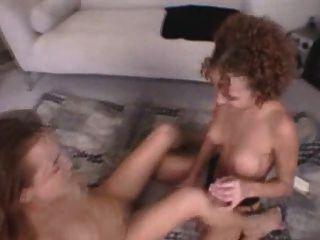 zwei Lesben ficken sich gegenseitig mit einem Dildo