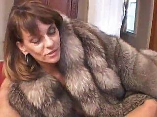 chelsea im Pelzmantel gibt Blowjob