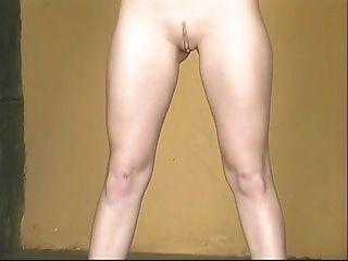 Hot Babe in sexy gelb Minirock Verbreitung breit rosa Pussy zu zeigen