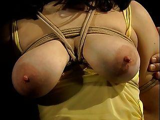 big tits Hottie im gelben Kleid gebunden und hat ihre Titten mit Wäscheklammern bedeckt
