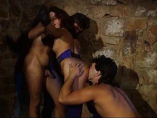 Deutsch Herrin unties ihr gehangen Slave einen Dreier zu haben