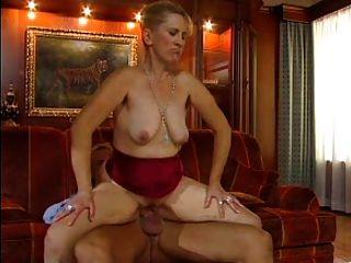 sexy Mutter reifen n77 Blondine auf einem roten Sofa