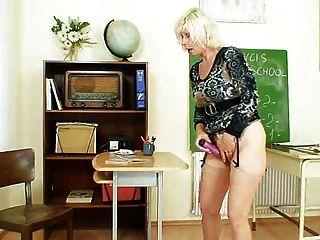 MILF Lehrer liebt man nach der Schule zu masturbieren