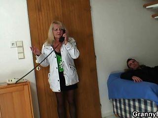 ungezogen Oma in Strümpfen reitet Hahn