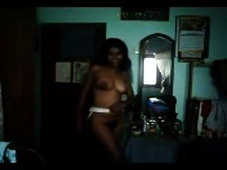 sexy Figur haarige Tamilisch Inderin zeigt ihre Kurven aus
