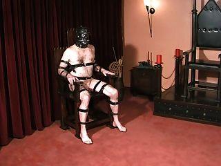 Sklaven Bälle und Schwanz von Gothic Herrin bestraft