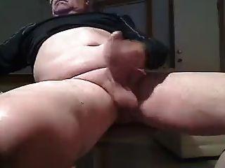 Papas großen unbeschnittenen Schwanz abspritzt