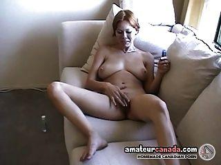 geeky Hausfrau mit riesigen Titten Fingern behaarte Pussy