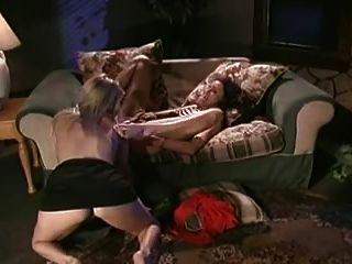 zwei heiße Lesben essen seitig