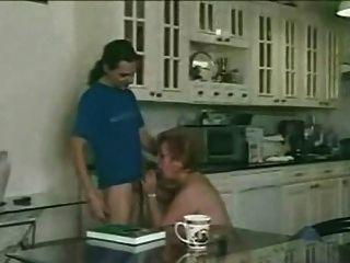 haarige Oma erfüllt in der Küche Junge