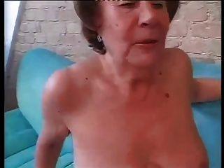 Schlampe Oma Martha in beide Löcher gefickt