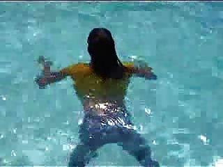 Marjorie ist nass in ihrem Pool - im Freien